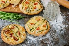 Mini- pizza med sparris Traditionell liten pizza för personlig ätapåfyllning med ost, tomater och sparris Royaltyfri Fotografi