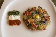 Mini- pizza med tre såser i färgerna av den italienska flaggan Royaltyfria Foton