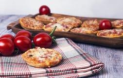 Mini- pizza på en trätabell Arkivbild