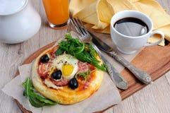 Mini pizza pour le petit déjeuner Images libres de droits