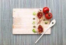 Mini Pizza 2 tomatoolive frische selbst gemachte mit Pepperonis Käse, Tomaten, grün auf hölzernem bambus Hintergrund mit Kopienra Lizenzfreie Stockfotos