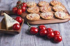Mini pizzas em uma tabela de madeira Foto de Stock