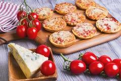 Mini pizzas em uma tabela de madeira Imagem de Stock Royalty Free