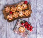 Mini pizzas em uma tabela de madeira Fotos de Stock Royalty Free