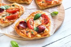 Mini pizzas en forme de coeur Photographie stock libre de droits