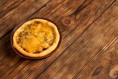 Mini Pizzas - mini pizzas faites maison fraîches sur le fond en bois rustique avec l'espace de copie photographie stock libre de droits