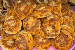 Mini-pizzas grosses sur un fond de conseil en bois images libres de droits