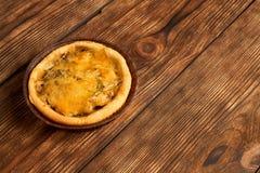 Mini Pizzas - nya hemlagade mini- pizza på lantlig träbakgrund med kopieringsutrymme royaltyfri fotografi
