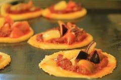 Mini Pizzas sur le plateau de cuisson photo stock