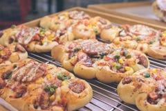 Mini pizze con formaggio, il pomodoro, i fagiolini, il mais e le salsiccie nel centro commerciale, piccolo forno italiano tropica fotografia stock