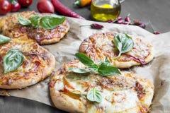 Mini pizze z mozzarellą, serem, Pomidorowym kumberlandem i Świeżym Basi, Obraz Royalty Free