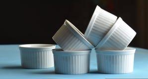 Mini platos blancos de la hornada del ramekin fotos de archivo