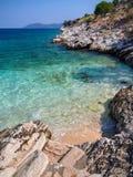 Mini playa y chancletas con una hermosa vista en la isla de Kefalonia en el mar jónico en Grecia imagenes de archivo