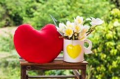 Mini plumeria blanco y amarillo precioso de la flor o decoración del frangipani Imágenes de archivo libres de regalías