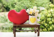 Mini plumeria branco e amarelo bonito da flor ou decoração do frangipani Imagem de Stock