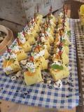 mini polenta con el queso feta y las hierbas fotografía de archivo