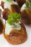 Mini pommes de terre cuites au four avec la rectification de fromage bleu. photos stock