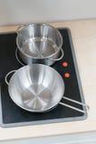 Mini potenciômetro e bandeja de aço inoxidável no fogão bonde preto sobre o wo fotos de stock royalty free
