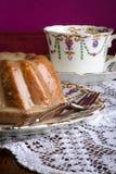 Mini Pound Cake - llovizna del limón de la almendra, fondo púrpura Imagenes de archivo