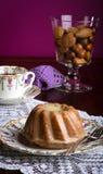 Mini Pound Cake - Mandel-Zitronen-Nieselregen, purpurroter Hintergrund lizenzfreie stockbilder