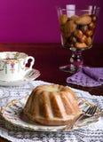 Mini Pound Cake - Mandel-Zitronen-Nieselregen, purpurroter Hintergrund stockfotos
