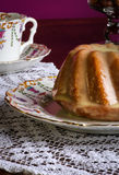Mini Pound Cake - Mandel-Zitronen-Nieselregen, purpurroter Hintergrund lizenzfreies stockfoto