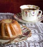 Mini Pound Cake - Mandel-Zitronen-Nieselregen, purpurroter Hintergrund stockfotografie