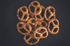Mini Pretzels Heap salgado Imagens de Stock