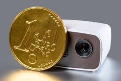 Mini Projector con l'euro moneta dorata Immagine Stock