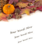 Mini Pumpkin med färgrika nedgångsidor och ekollonar på en tabell med bakgrund gör mellanslag eller hyr rum för din text Royaltyfri Foto