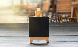 Mini quadro na tabela de madeira no restaurante imagens de stock royalty free