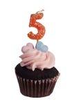 Mini queque com número cinco velas Imagens de Stock Royalty Free