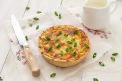 Mini quiche con le cipolle verdi ed il formaggio Fotografie Stock Libere da Diritti