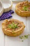 Mini quiche della cipolla con bacon e cereale fotografie stock