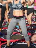 Mini Rebounder Workout: Flickor som gör kondition, övar i utomhus- grupp på idrottshallen Fotografering för Bildbyråer