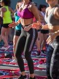 Mini Rebounder Workout: Flickor som gör kondition, övar i utomhus- grupp på idrottshallen Arkivbilder