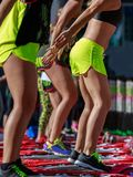 Mini Rebounder Workout: Flickor som gör kondition, övar i utomhus- grupp på idrottshallen Royaltyfria Foton