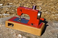 Mini red sewing machine Royalty Free Stock Photography