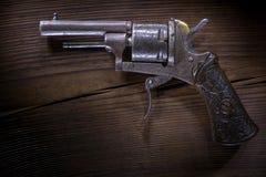 Mini revólver velho no fundo de madeira fotografia de stock