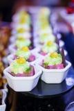 Mini- rosa efterrätt efterrätter för jordgubbekrämkaka för ett parti Royaltyfria Bilder