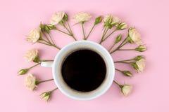 Mini rosas hermosas y un cuaderno en un fondo rosado brillante holidays Día del `s de la tarjeta del día de San Valentín Día del  fotos de archivo
