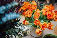 Mini roses sur la surface en bois de vintage Photos libres de droits