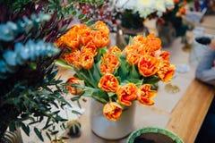Mini roses sur la surface en bois de vintage Photo stock