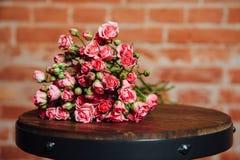 Mini roses sur la surface en bois de vintage Image libre de droits