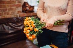 Mini roses sur la surface en bois de vintage Photographie stock libre de droits