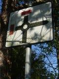 Mini Roundabout Sign com dois sem saída, Reino Unido foto de stock