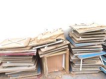 Mini ruinas de la tabla apiladas en el piso del cemento imagen de archivo