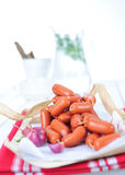 Mini rulli di salsiccia, olive fotografia stock libera da diritti