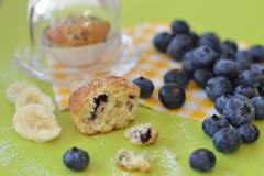 Mini słodka bułeczka z czarnymi jagodami i bananem Zdjęcie Royalty Free