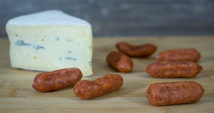 Mini salami avec le coin de fromage photos stock